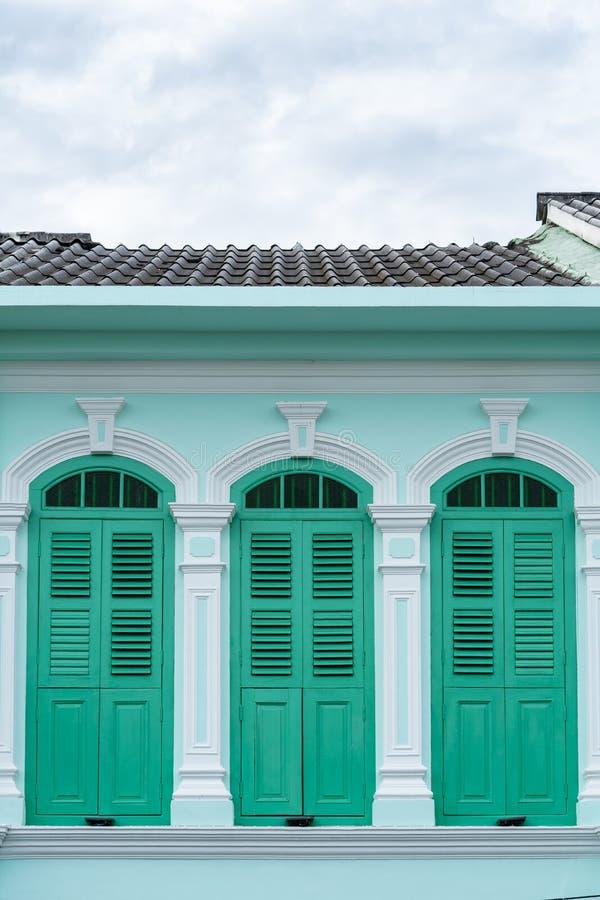 Ciudad vieja de Phuket: Edificios Chino-portugueses de la arquitectura Este estilo arquitectónico es europeo mezclado con moderno imágenes de archivo libres de regalías