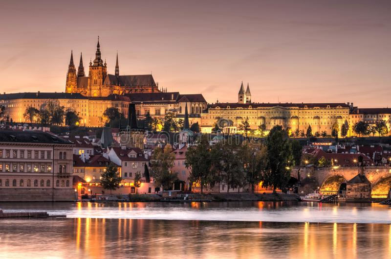 Ciudad vieja de Praga, república de Cech Castillo de Praga con las iglesias, las capillas y la torre imágenes de archivo libres de regalías