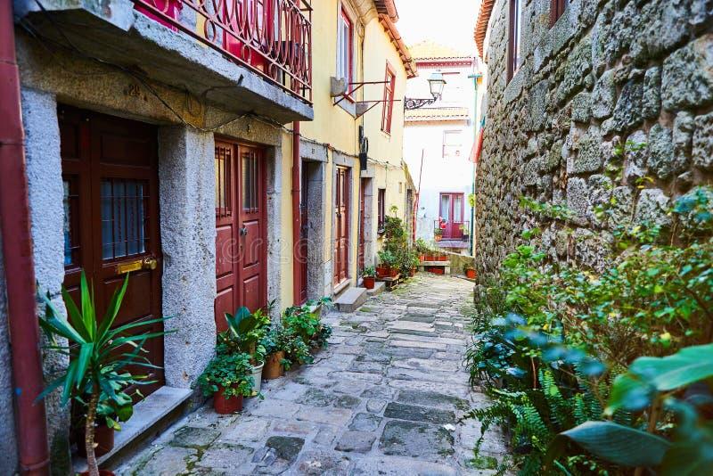 Ciudad vieja de Ribeira de Oporto en Portugal, inclinarse, el estrecho, el callej?n medieval y las casas tradicionales, centro de fotografía de archivo libre de regalías