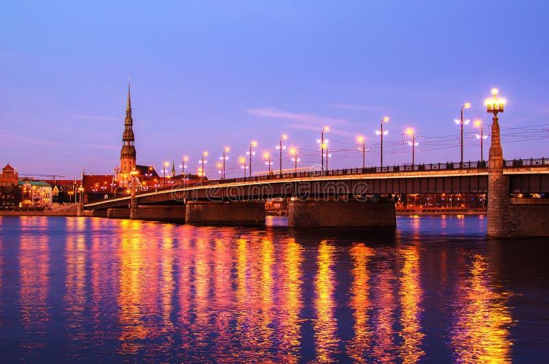 Ciudad vieja de Riga (Letonia) por la tarde fotografía de archivo