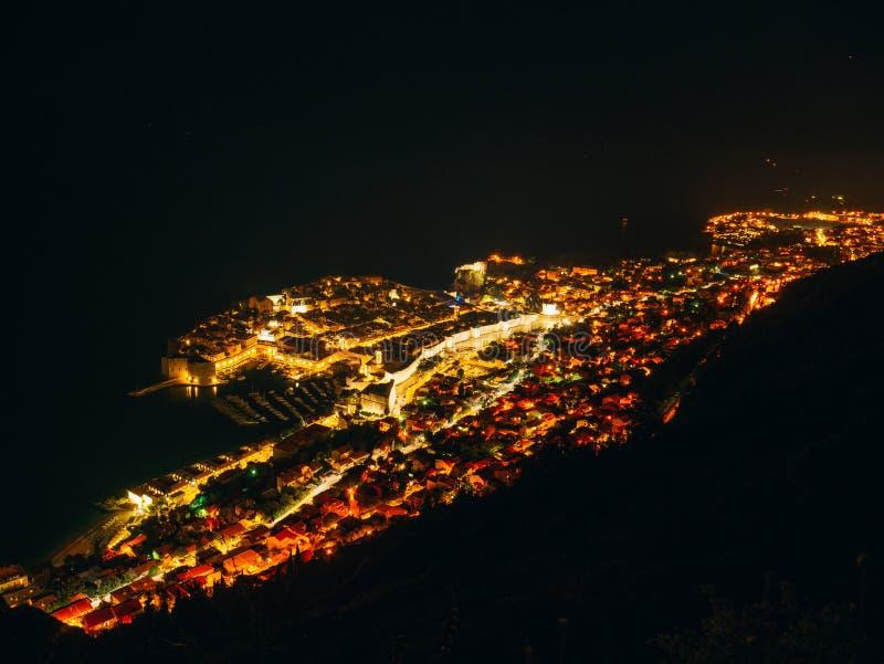 Ciudad vieja del ` s de Dubrovnik en la noche La visión desde la observación diciembre foto de archivo libre de regalías