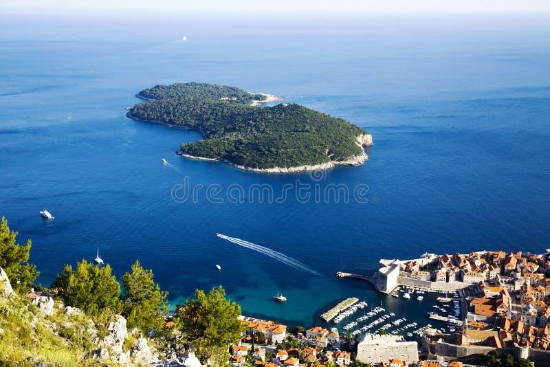 Ciudad vieja Dubrovnik e isla de Lokrum fotos de archivo