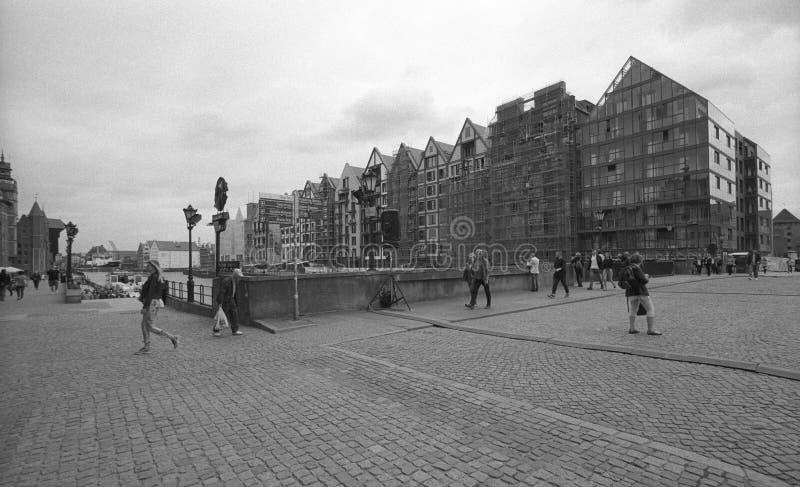 Ciudad vieja en Gdansk en la exploración blanco y negro de la película negativa fotografía de archivo libre de regalías