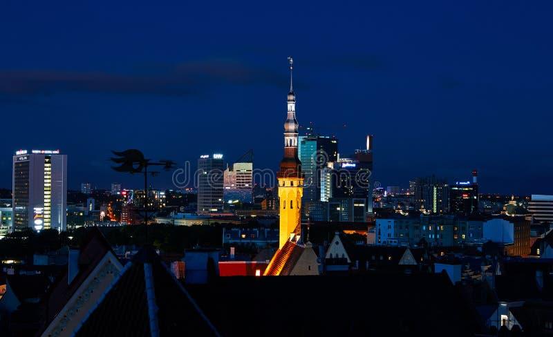 Ciudad vieja en la noche, Estonia de Tallinn imagen de archivo