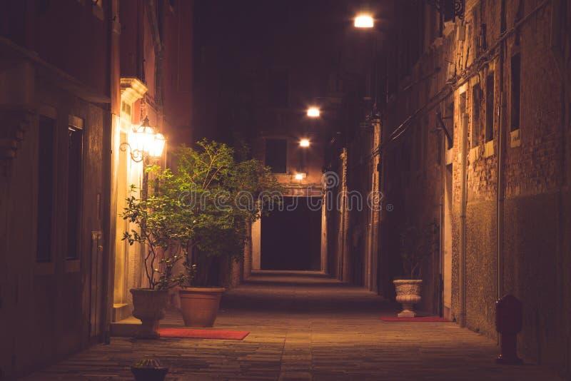 Ciudad vieja en la noche (Venecia, Italia) fotos de archivo