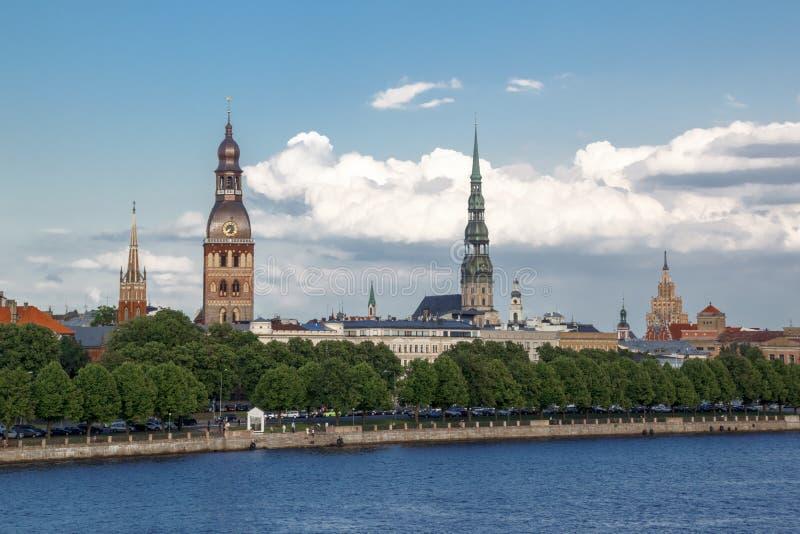 ciudad vieja en Riga con el castillo del presidente letón en el centro y del río Dvina imágenes de archivo libres de regalías