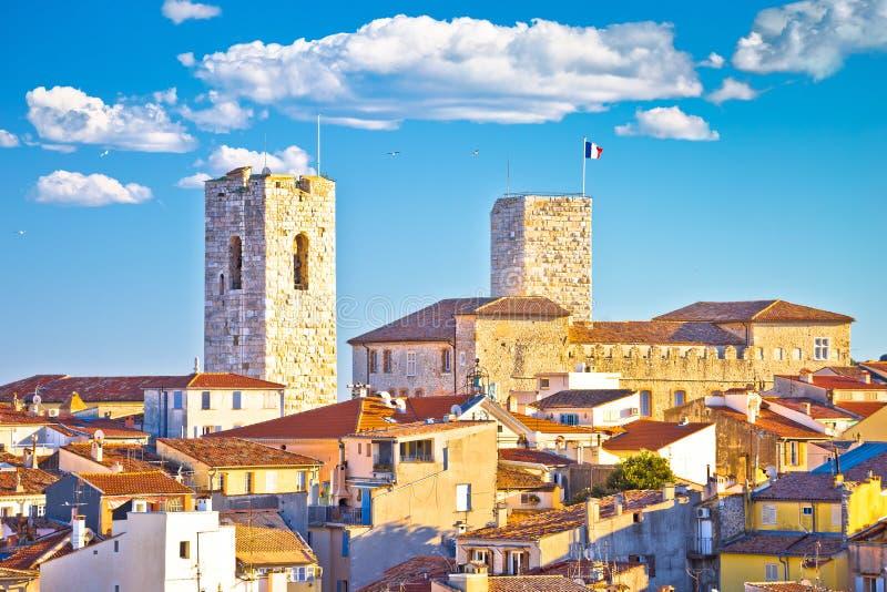 Ciudad vieja francesa histórica de riviera de la opinión de la orilla del mar y de los tejados de Antibes fotos de archivo libres de regalías