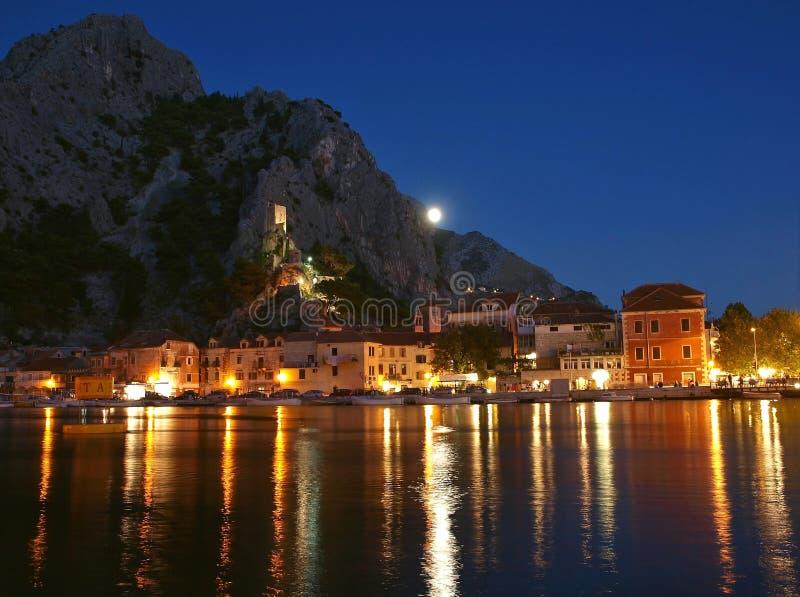 Ciudad vieja Omis de Croatia en la noche fotos de archivo libres de regalías