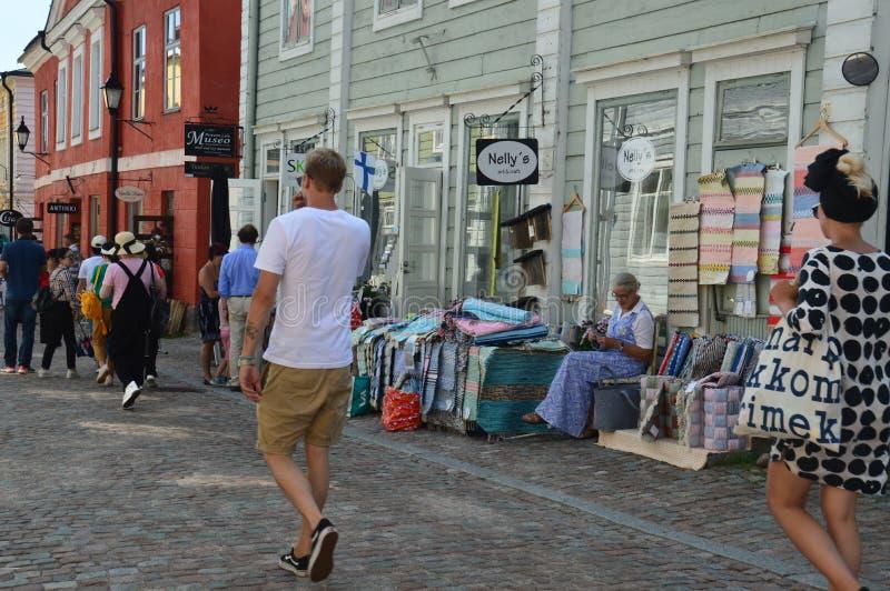 Ciudad vieja pintoresca de Porvoo, Finlandia - gente que camina en la calle de la piedra del adoquín foto de archivo