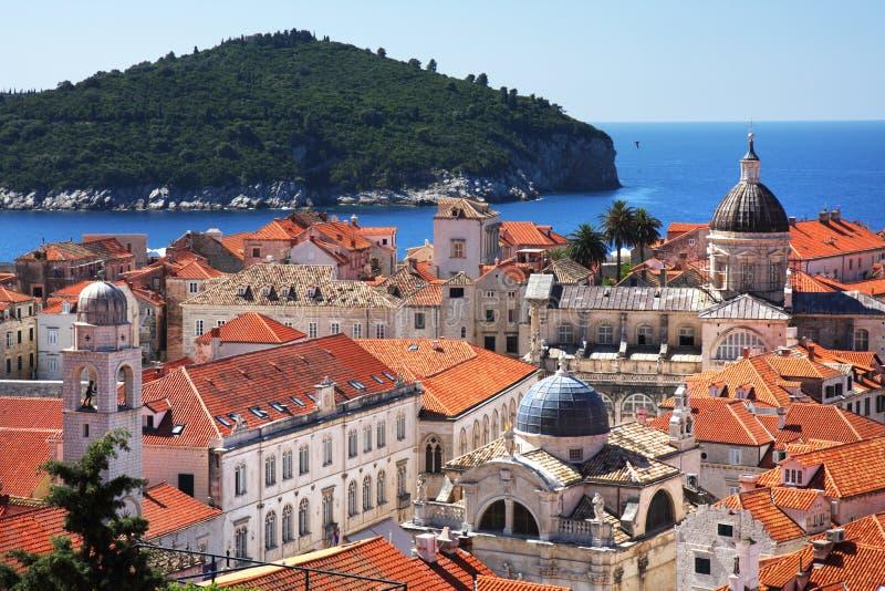 Ciudad vieja y Lokrum de Dubrovnik fotos de archivo