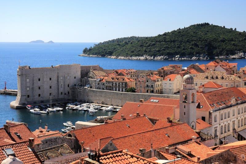 Ciudad vieja y Lokrum de Dubrovnik fotografía de archivo libre de regalías