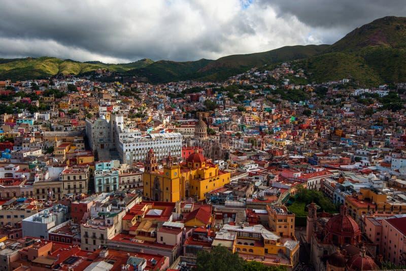 Ciudad y casas coloridas coloniales de la historia minera de plata, México, americano de la muchedumbre fotos de archivo libres de regalías