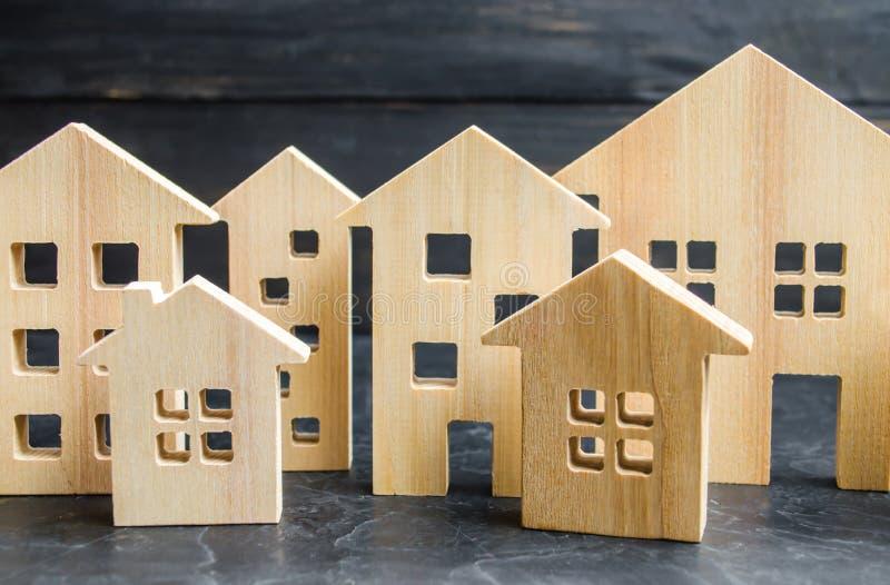 Ciudad y casas de madera concepto de precios en aumento para contener o el alquiler Demanda creciente para contener y las propied fotografía de archivo libre de regalías