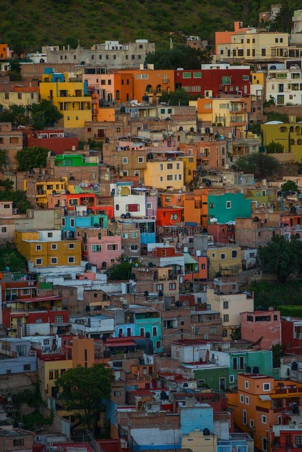 Ciudad y edificios coloridos coloniales de la historia minera de plata, Guanajuato, México, americano de la muchedumbre fotografía de archivo