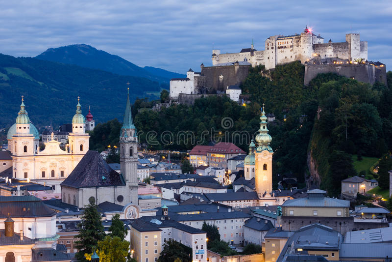 Ciudad y fortaleza viejas en la noche Salzburg austria fotos de archivo libres de regalías