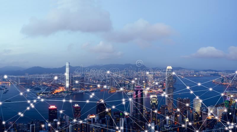 Ciudad y Internet elegantes de cosas, red de comunicaciones inalámbrica, representación visual abstracta de la imagen fotos de archivo libres de regalías