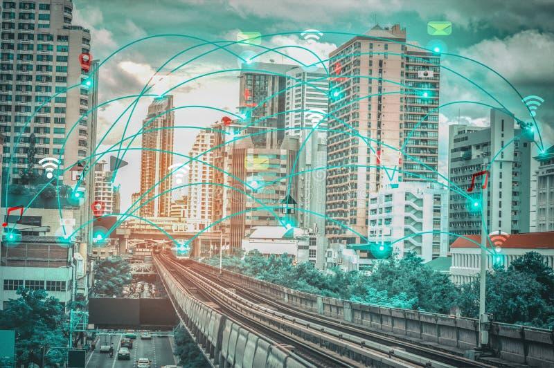 Ciudad y Internet elegantes del concepto IOT de la red de comunicaciones de la radio de la cosa, con la conveniencia imágenes de archivo libres de regalías