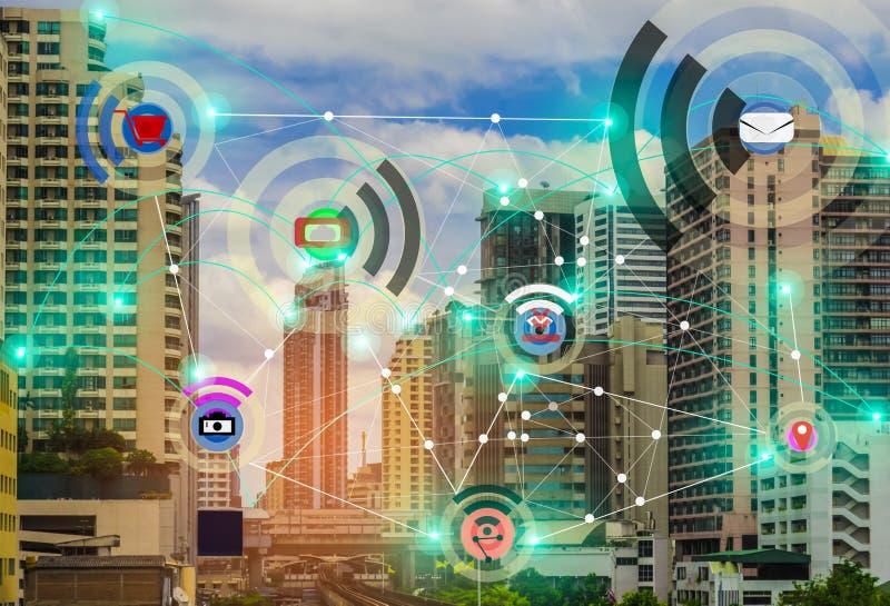 Ciudad y Internet elegantes del concepto IOT de la red de comunicaciones de la radio de la cosa, con la conveniencia foto de archivo
