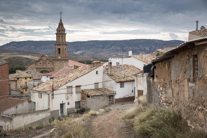 Ciudad y la iglesia de Nuestra Senora de la Asuncion, provincia de Martin del Rio de Teruel, España foto de archivo libre de regalías