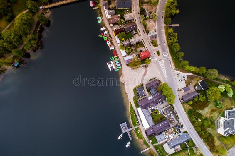 Ciudad y lago, aéreos fotos de archivo
