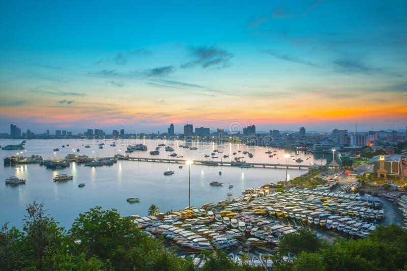 Ciudad y mar en crepúsculo, Tailandia de Pattaya foto de archivo