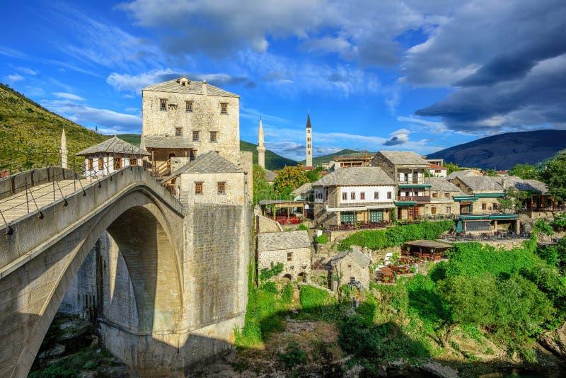 Ciudad y puente viejos en Mostar, Bosnia y Herzegovina fotografía de archivo