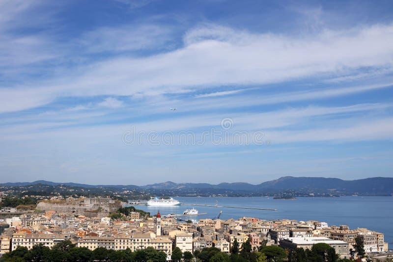 Ciudad y puerto de Corfú con el crucero fotografía de archivo libre de regalías