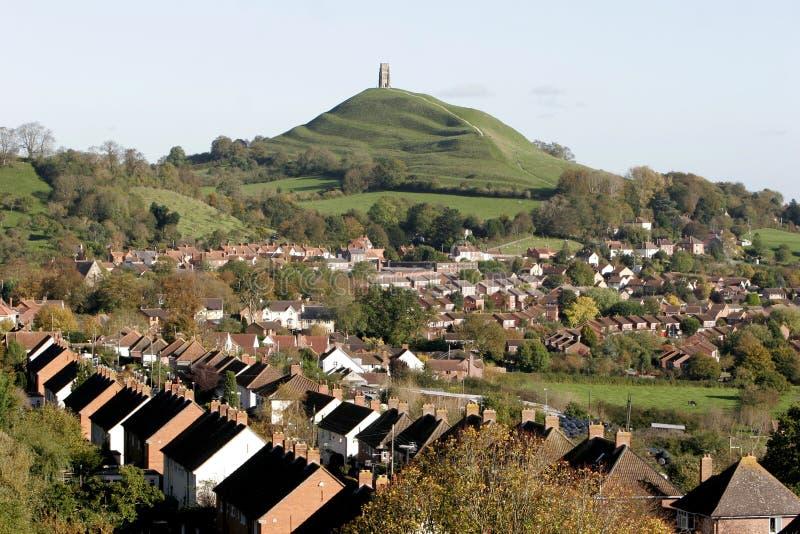 Ciudad y Tor de Glastonbury imágenes de archivo libres de regalías