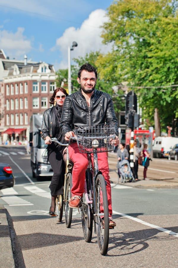 Ciudadanos de moda en su bicicleta, Amsterdam, Países Bajos fotografía de archivo