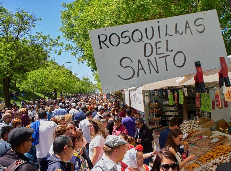 Ciudadanos que compran a Rosquillas del Santo en la feria de San Isidro fotografía de archivo libre de regalías