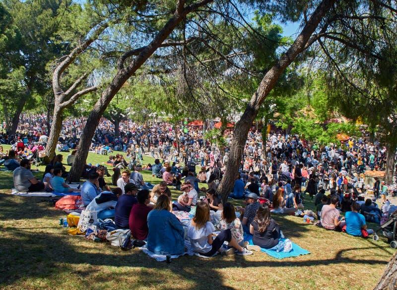 Ciudadanos que honran a su patrón en la feria de la festividad de San Isidro fotos de archivo