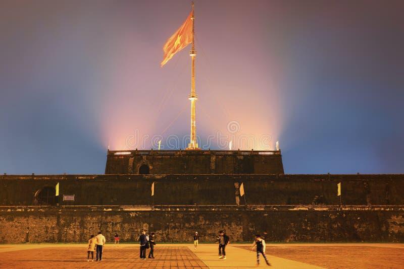 Ciudadela de la ciudad imperial con la bandera en Hue Vietnam imagenes de archivo