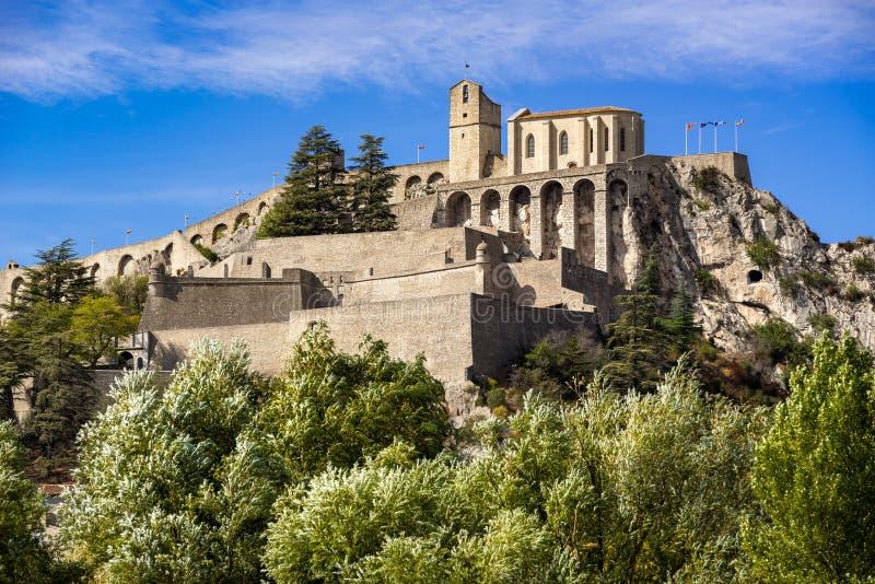 Ciudadela de los fortalecimientos de Sisteron, montañas meridionales, Francia fotografía de archivo
