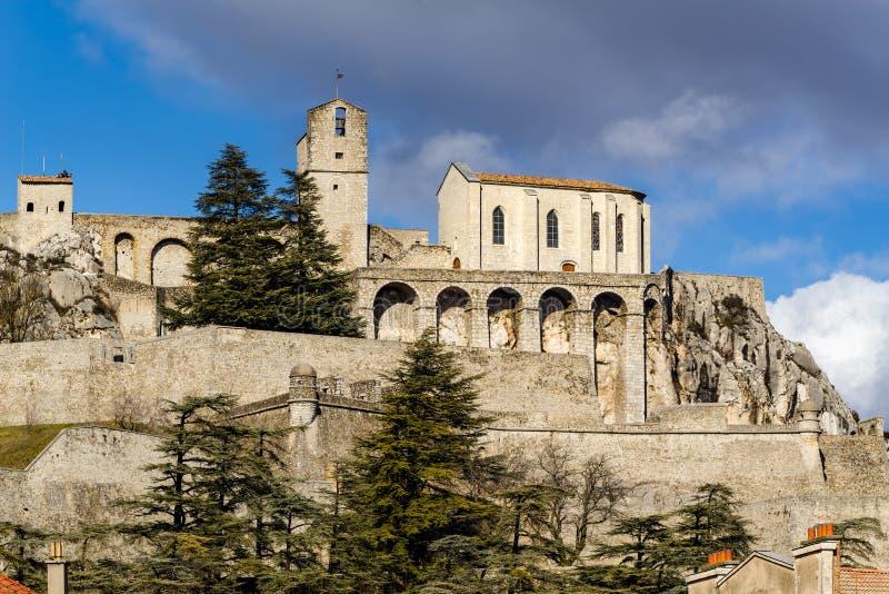 Ciudadela de Sisteron y de sus fortalecimientos, montañas meridionales, Francia fotos de archivo