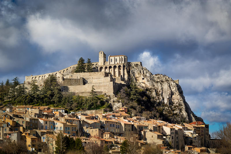 Ciudadela, fortalecimientos y tejados de Sisteron con las nubes Montañas meridionales, franco foto de archivo