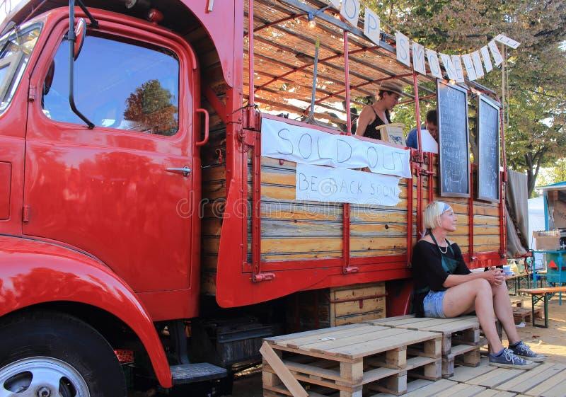 Ciutadella trädgårdar, Barcelona - September 20th av 2014: Matsäljare levererar världsomspännande mål i deras tappninghusvagnar royaltyfria foton