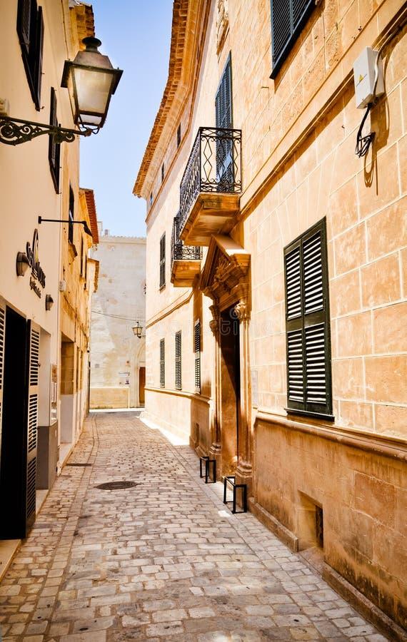Ciutadella, via dello stretto dell'isola di MInorca immagine stock