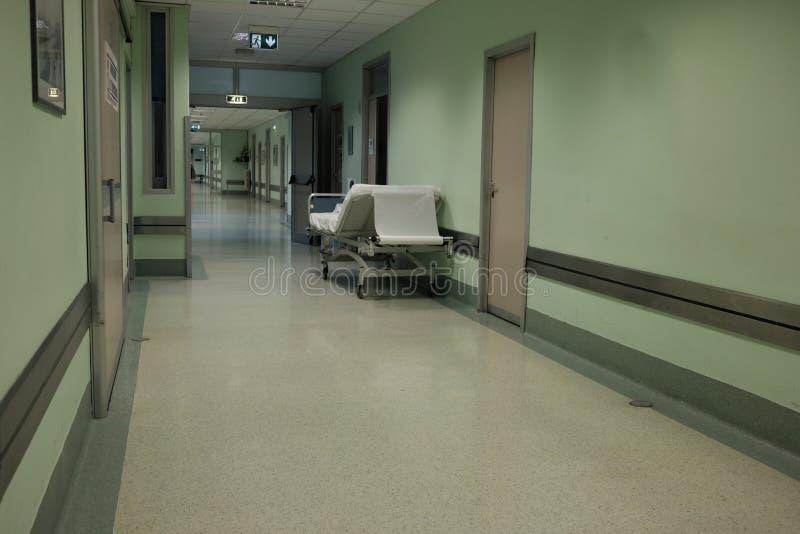 Civière dans le couloir d'hôpital image libre de droits