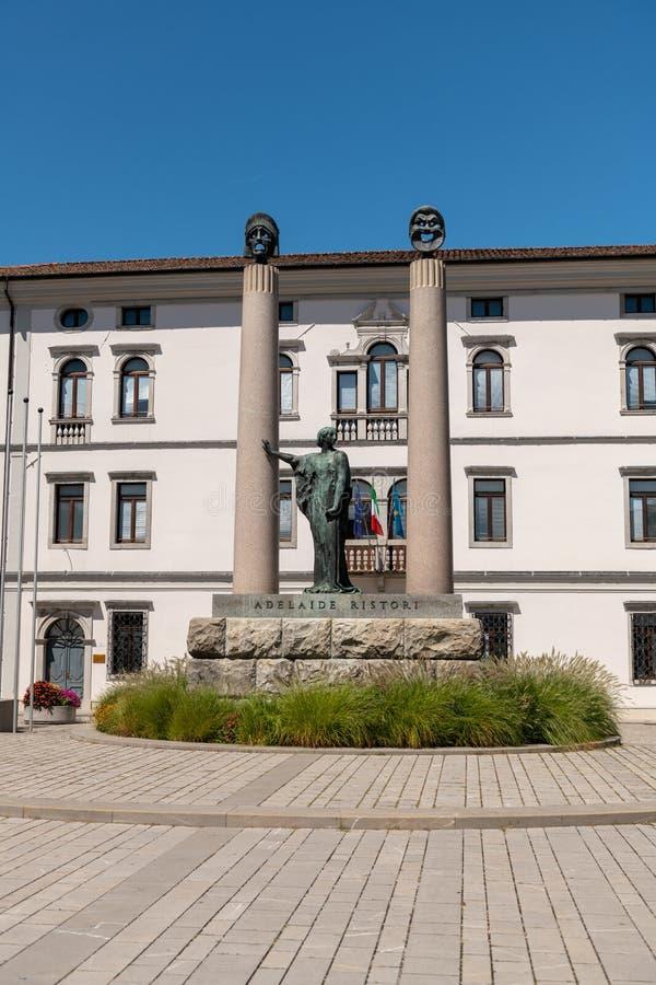 Cividale del Friuli, Italia: Plaza cuadrada Foro Giulio Cesare con el monumento a la actriz Adelaide Ristori y alto imágenes de archivo libres de regalías