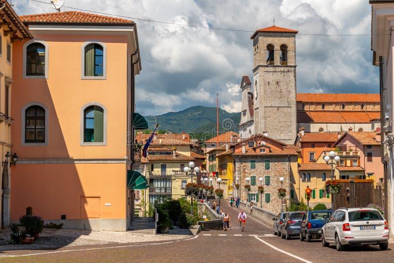 Cividale del Friuli, Italia: Vista del viejo centro de ciudad con arquitectura tradicional foto de archivo