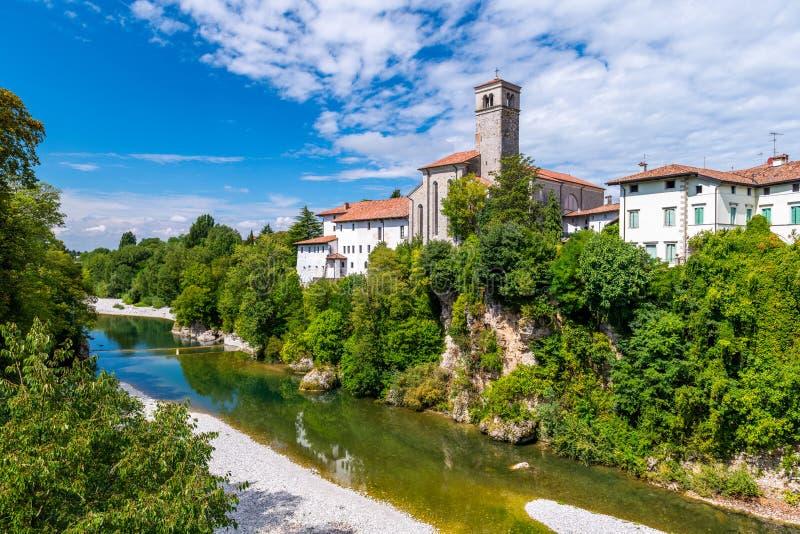 Cividale del Friuli, Italia: Vista del viejo centro de ciudad con arquitectura tradicional Río Natisone con transparente imagen de archivo