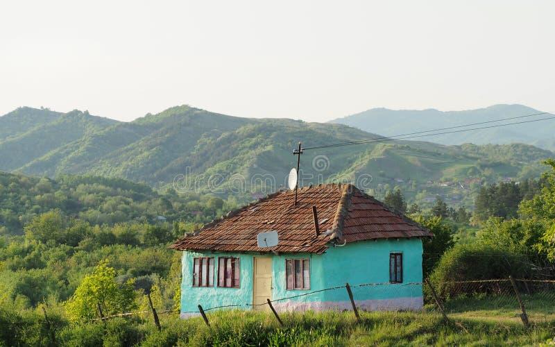 Civilisation finner dess väg i de djupa kullarna av Rumänien royaltyfria bilder