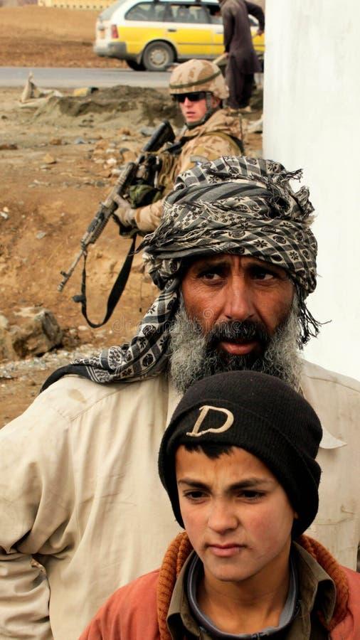 Civils et soldat afghans image libre de droits