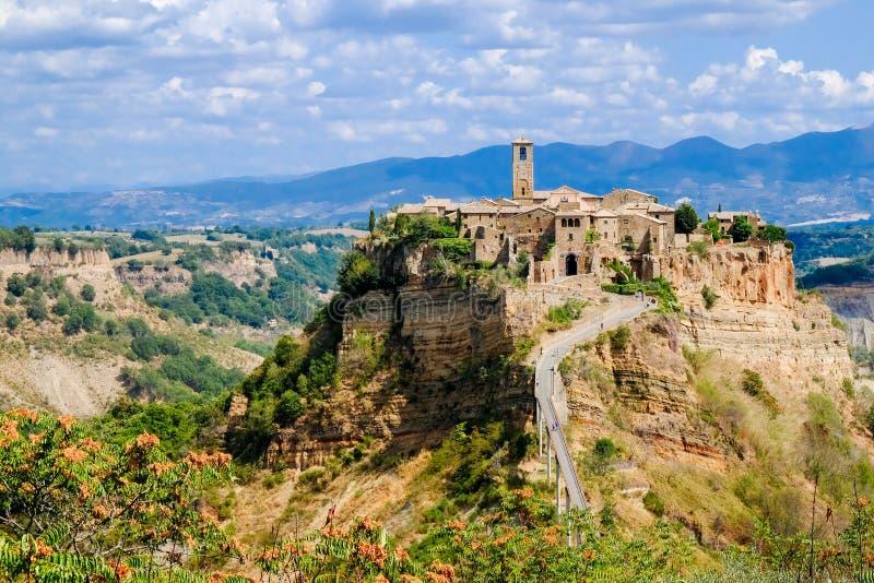Civita Di Bagnoregio μια πεθαίνοντας πόλη σε έναν θρυμματιμένος βράχο αρχαία πόλη στοκ εικόνα
