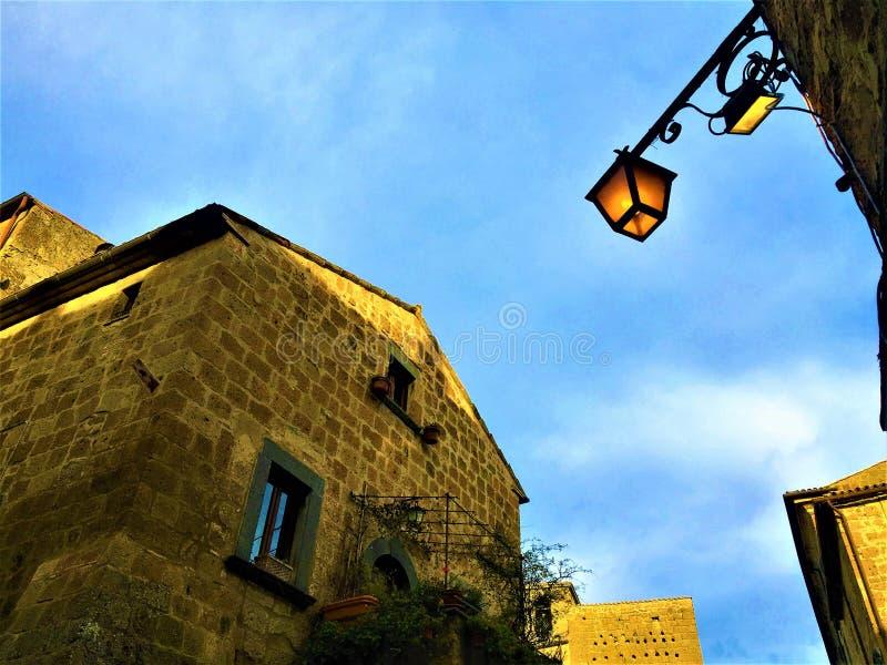 Civita Di Bagnoregio, πόλη στην επαρχία του Βιτέρμπο, Ιταλία Ιστορία, χρόνος, αρχιτεκτονική, λαμπτήρας, φωτισμός, ουρανός, τοίχος στοκ εικόνα