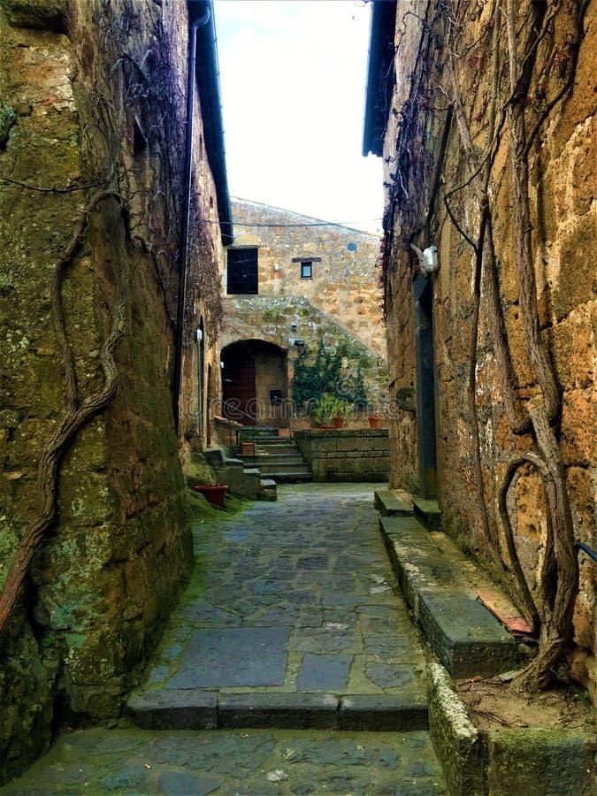 Civita di Bagnoregio, cidade na província de Viterbo, Itália História, tempo, arquitetura, aleia, parede e beleza fotos de stock royalty free