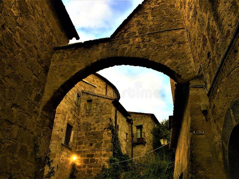 Civita di Bagnoregio, cidade na província de Viterbo, Itália História, tempo, arquitetura, arco, parede, céu e beleza imagens de stock royalty free