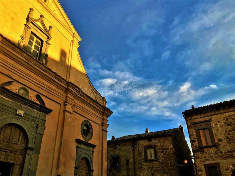 Civita di Bagnoregio, cidade na província de Viterbo, Itália História, tempo, arquitetura, igreja, céu, luz e beleza imagens de stock