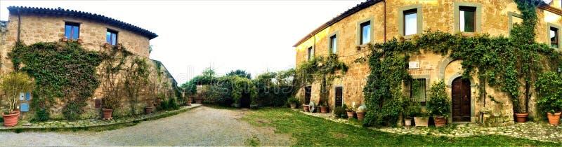 Civita di Bagnoregio, città etrusca nella provincia di Viterbo, Italia Cortile ed edera immagini stock