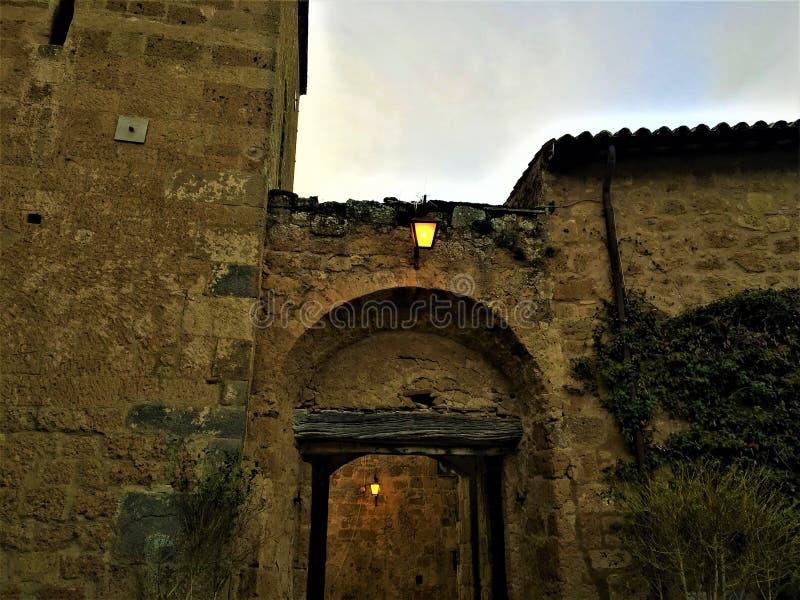 Civita di Bagnoregio, città etrusca nella provincia di Viterbo, Italia Lampade, arco ed entrata fotografie stock